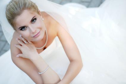 Lång, vit brudklänning